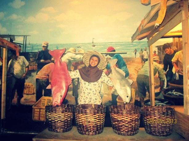 Wanita penjual ikan T-T