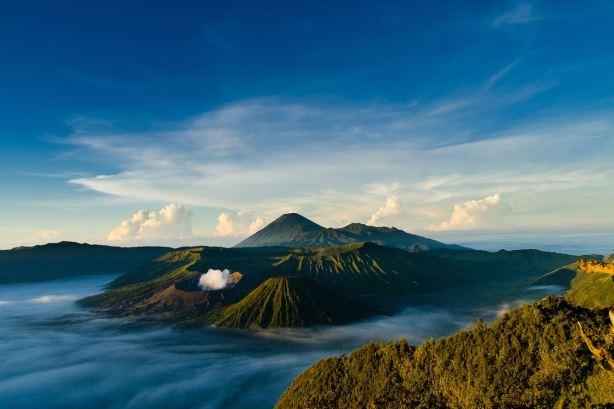 Komplek Pegunungan Bromo. Source : http://st.gdefon.ru/wallpapers_original/wallpapers/505663_indoneziya_yava_vulkanicheskij-kompleks-kaldery_1920x1280_(www.GdeFon.ru).jpg.