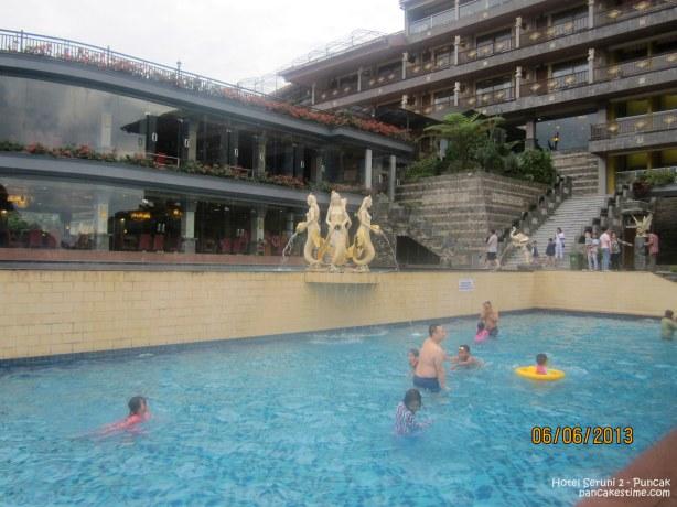 Nah ini pool yang ada di atas pool pic sebelumnya. Jadi hotel Seruni 2 langsung madep ke sini. Pool paling atas adalah yang di sebelah resto persis (*kurang keliatan di foto si yak)
