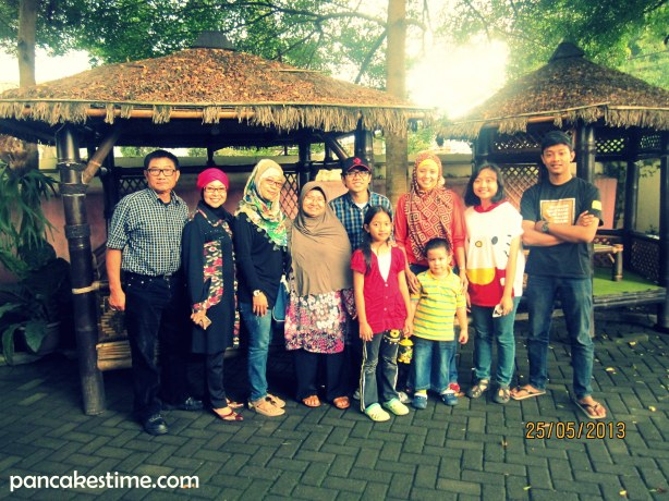 Ki-ka belakang: Papa, Mama, Tante Elli, Bou, Misua, Gw, Kiki, Alkan. Ki-ka depan: Trixie dan Alif.
