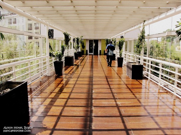 jembatan dalam hotel yang menyeberangi sungai kecil