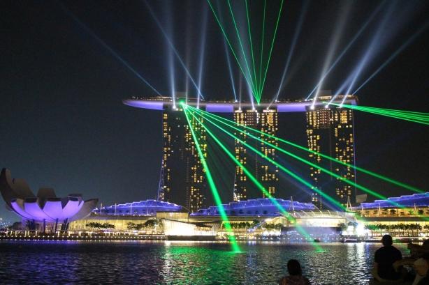 permainan  laser dari bangunan utama, si kapal :D. Tapi kata saya sih lebih mirip bentuk kucing 6 kaki lagi jalan, bener gasi?