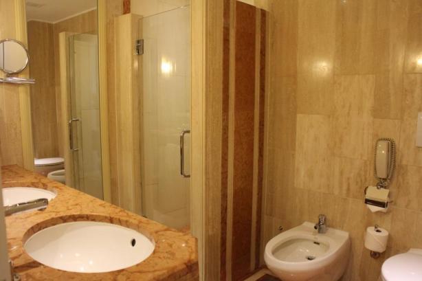 kamar mandinya ada bath tub, ada shower juga. Ada toilet, ada bidet juga. Wastafel ada dua.