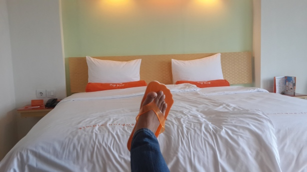 Menyenangkan! Di hotel ini ada bantal guling \^^/. Slipperynya juga unik dan oranyee