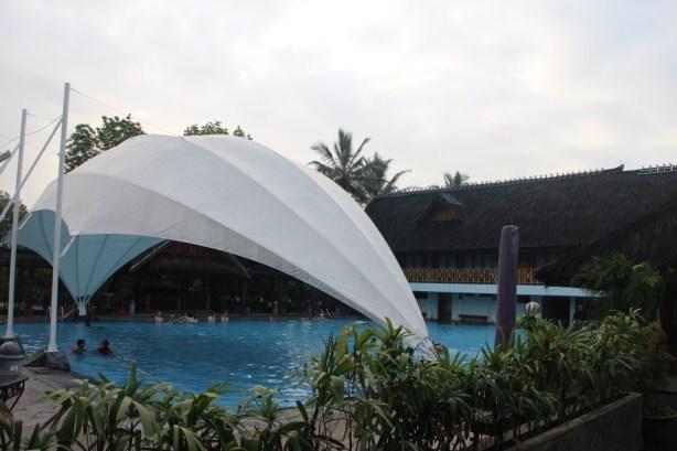 asli ini kolam luas banget dan airnya hangat. beneran puasss banget berenang disini. Sayang saking senangnya malah lupa ambil foto -__-