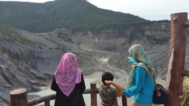 wajib dikunjungi atuh yaa, biar anak kecil ngerti tentang kawah, gunung, dan  asap belerang :D
