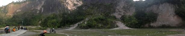 Lembah Harau dari bawah. Banyak sampahnya... :(