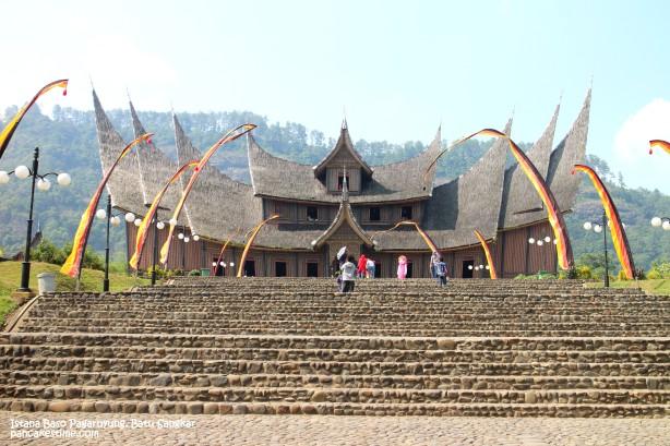 Istana besar ini ada di tengah sawah hijau, di belakangnya ada bukit2. Bagus banget ^^