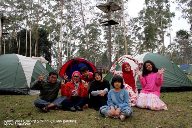 Tenda kami sudah berdiriii. 1 tenda untuk papa dan mama. 1 tenda untuk ibu dan ayah. 1 tenda untuk ipar, 2 anaknya dan Alif yang selalu ingin nempel dengan sepupunya.